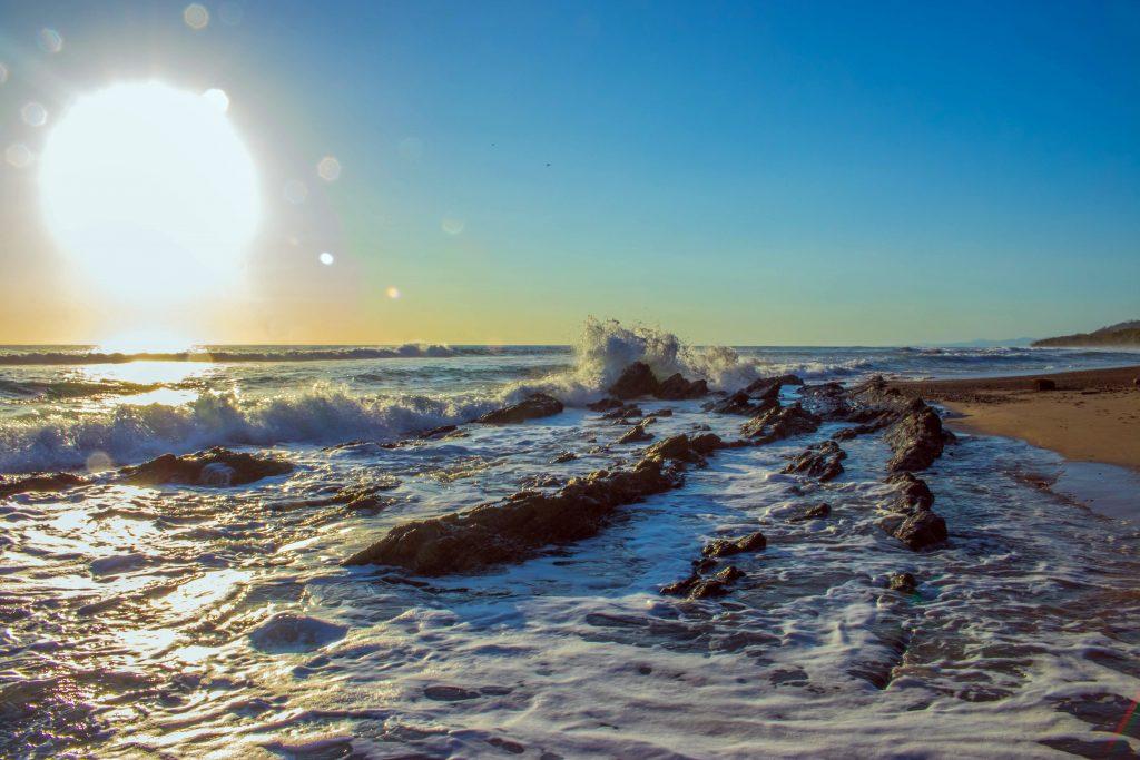 Wasser reflektiert Sonnenlicht