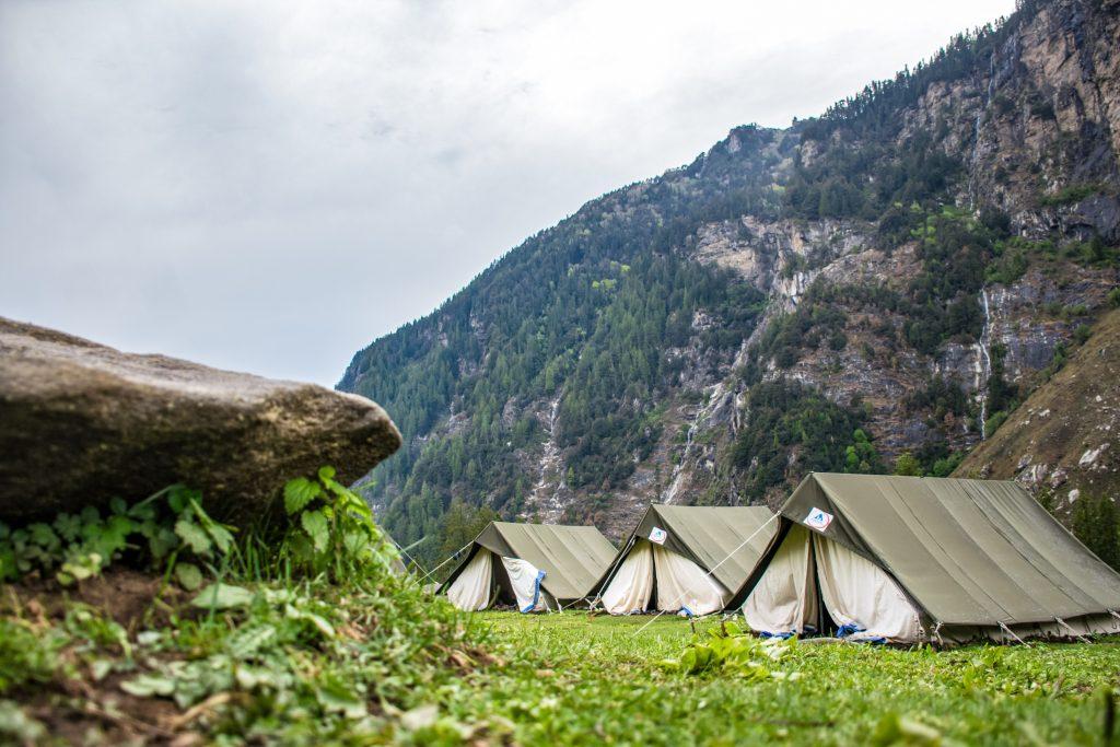 Diese Zelte stehen ausbalanciert